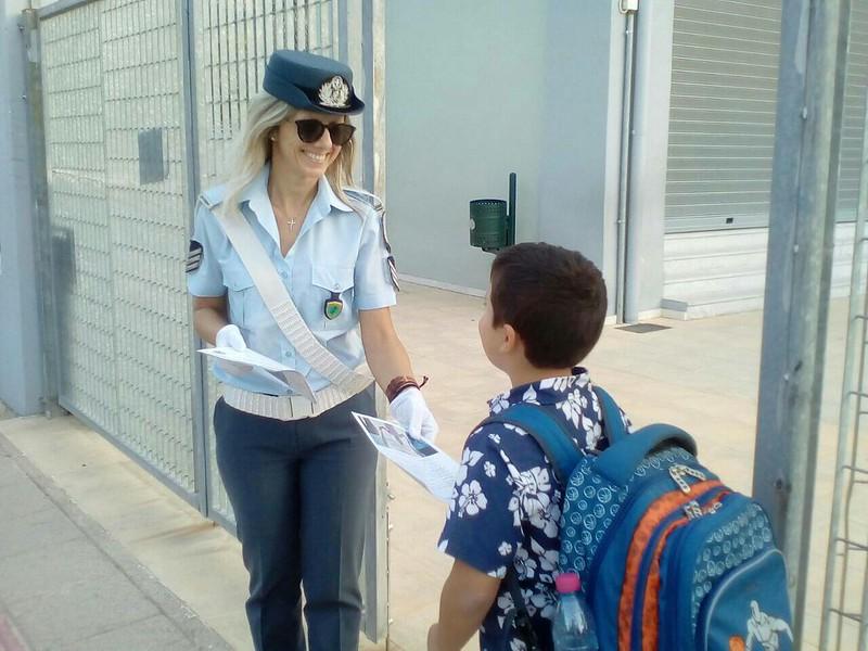 Ενημερωτικά διένειμαν σήμερα τροχονόμοι σε γονείς και μαθητές δημοτικών σχολείων