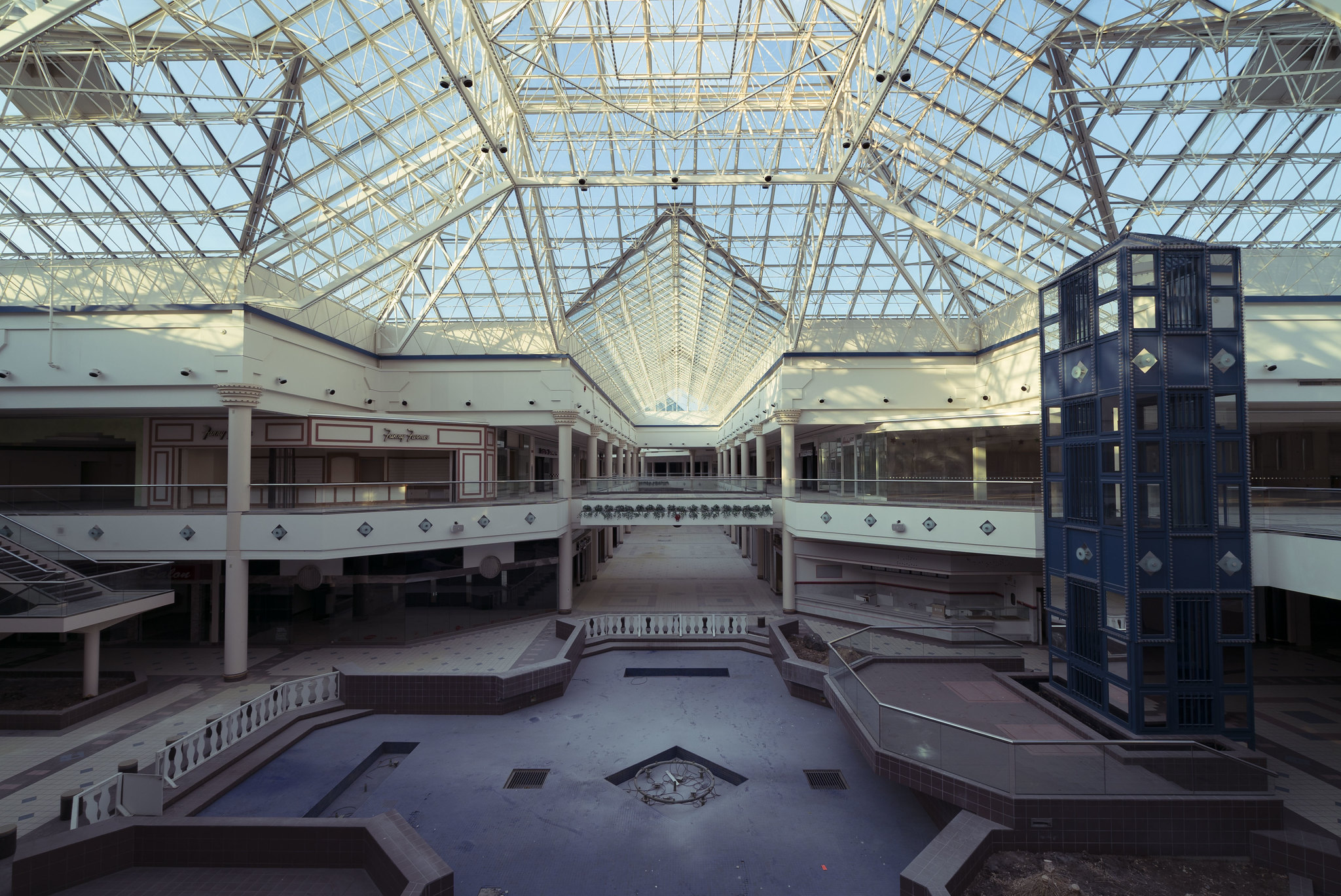Oc Dried Up Fountain At A 1 Million Sq Ft Abandoned Mall 2048x1368 Abandonedporn