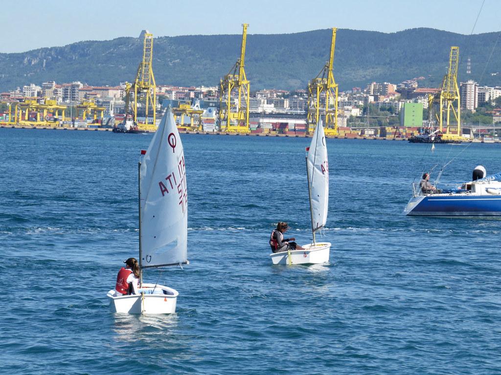 孩子們在老師的帶領下,序列揚帆出海。