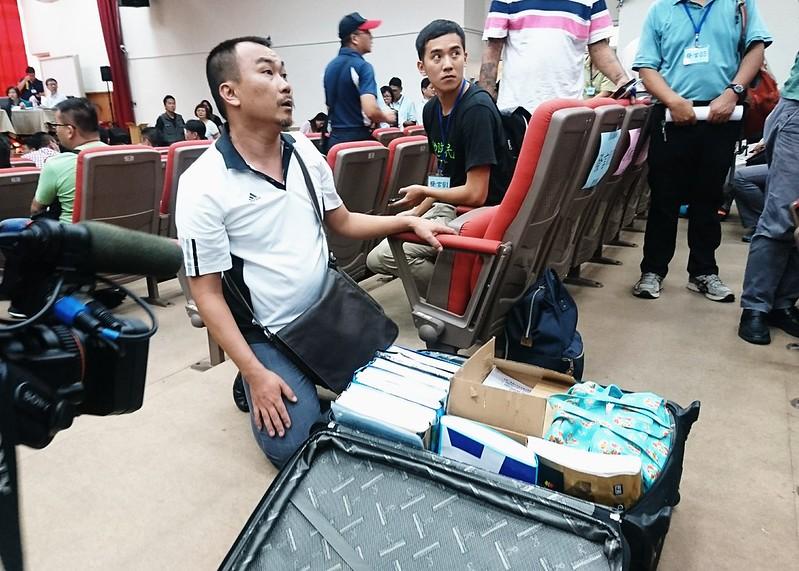 8/29馬頭山掩埋場環評大會,內南里里長用大型行李箱運來2萬多份民眾連署書。攝影:李育琴。