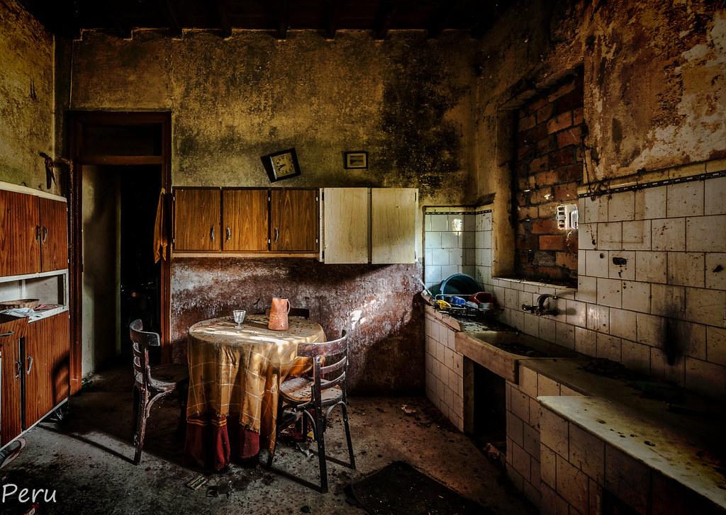 """01.- """"Cenando en la cocina"""" - Perurena"""