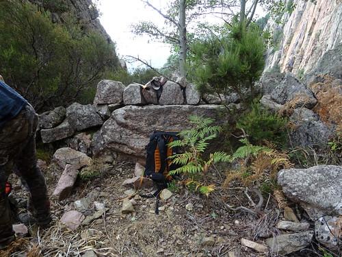 La traversée infernale sous les parois contreforts de Pta di San Gio Agostinu : au col sous le point 1325m avec son muret