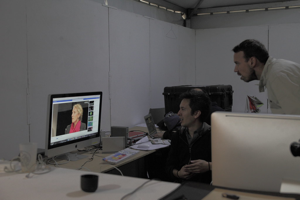 網路直播室裡將現場畫面與事先準備好的影片現場編輯,即時上傳到影展獨創的直播媒體平台WEB TV