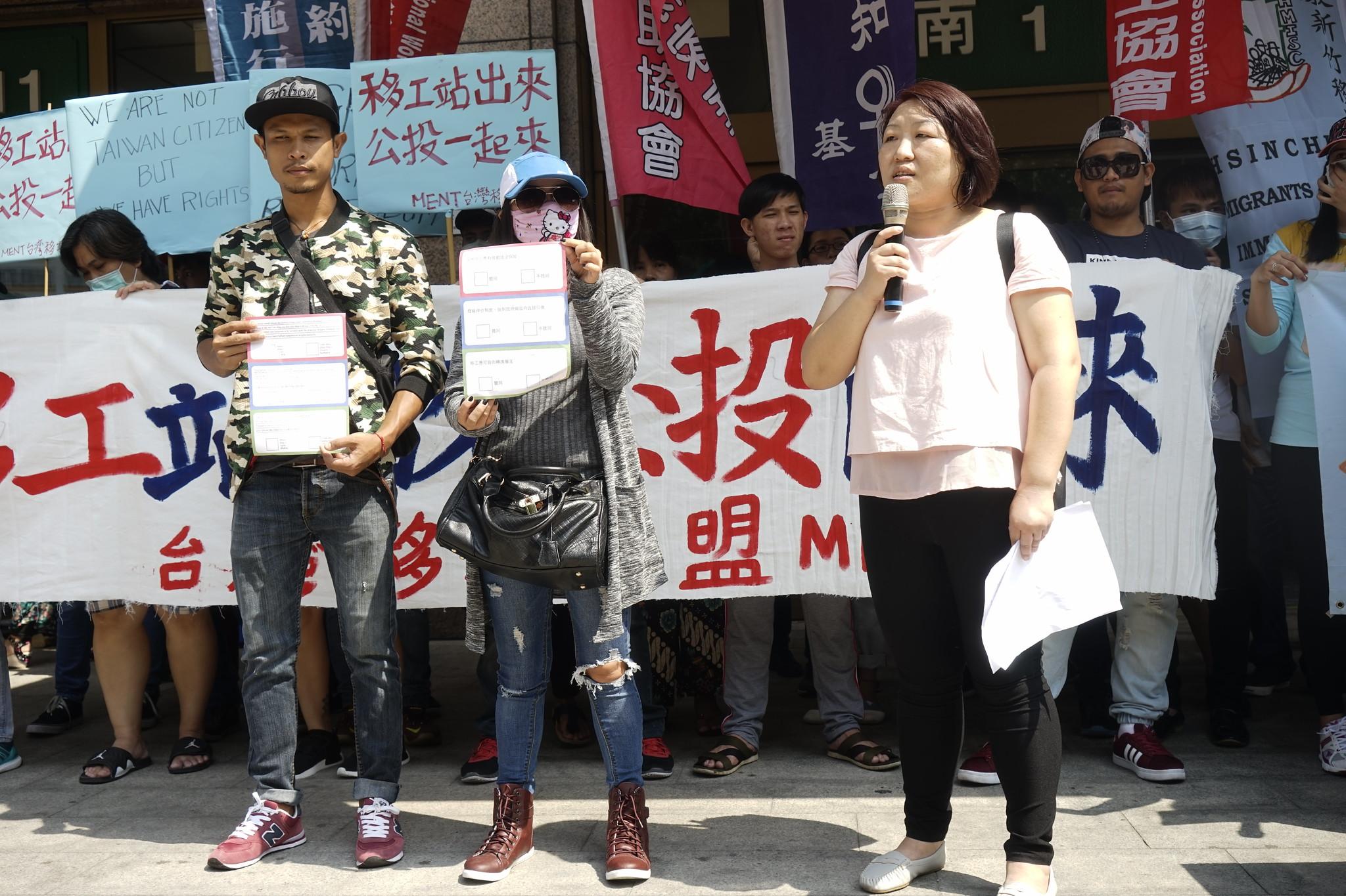 移工團體說明該次移工公投的內容,並展示選票。(攝影:張宗坤)