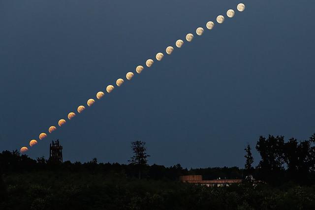 VCSE - Schmall Rafael képe jól mutatja, hogy a fogyatkozásban lévő Hold elvörösödve kelt fel a földi légköri fénytörés jelensége miatt. Ahogy feljebb jutott, fokozatosan elveszítette vöröses fénylését, eközben a földárnyékból is kilépett a Hold. Tőle nem zavartak felhők. -- Schmall Rafael képe