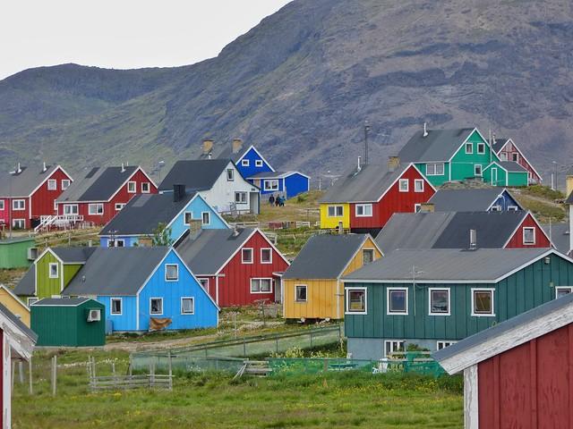 Casas de colores de Narsaq en el sur de Groenlandia