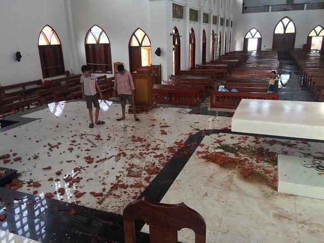 Đức Cha phụ tá Giáo phận Vinh viếng thăm các giáo xứ tại hai tỉnh Quảng Bình và Hà Tĩnh sau bão số 10 - Ảnh minh hoạ 3