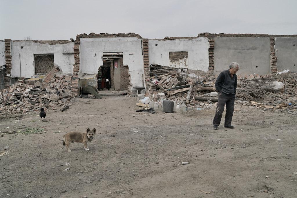 如今,在礦區邊老的礦工村裡,依舊還有一些沒有搬離的老礦工,黃安遠就是其中之一。他從事煤礦工作30年,退休後,將政府給的安置房給了兒子的三口之家,他和老伴則還在兩間修了又修的老屋裡能熬一天是一天。攝影:Stam Lee
