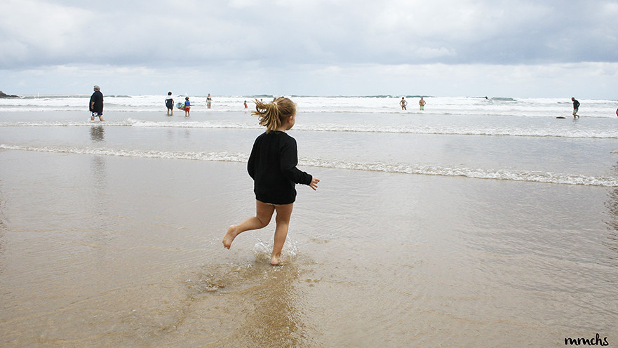 niña en la playa de Gijón