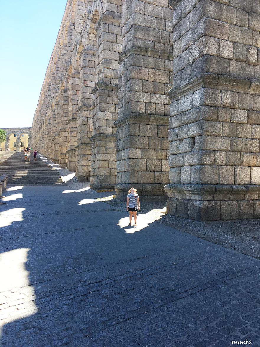 niña en el acueducto de Segovia