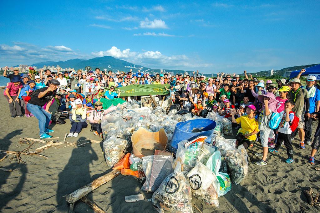 荒野保護協會國際淨灘行動(台北挖仔尾淨灘,清理580公斤廢棄物,志工自備環保水壺,力行-9月無塑生活'')