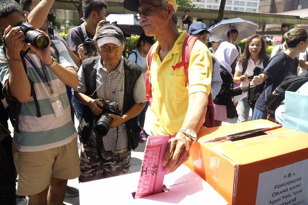 許多台灣人到台北車站外的投票點參與移工公投。(攝影:張宗坤)