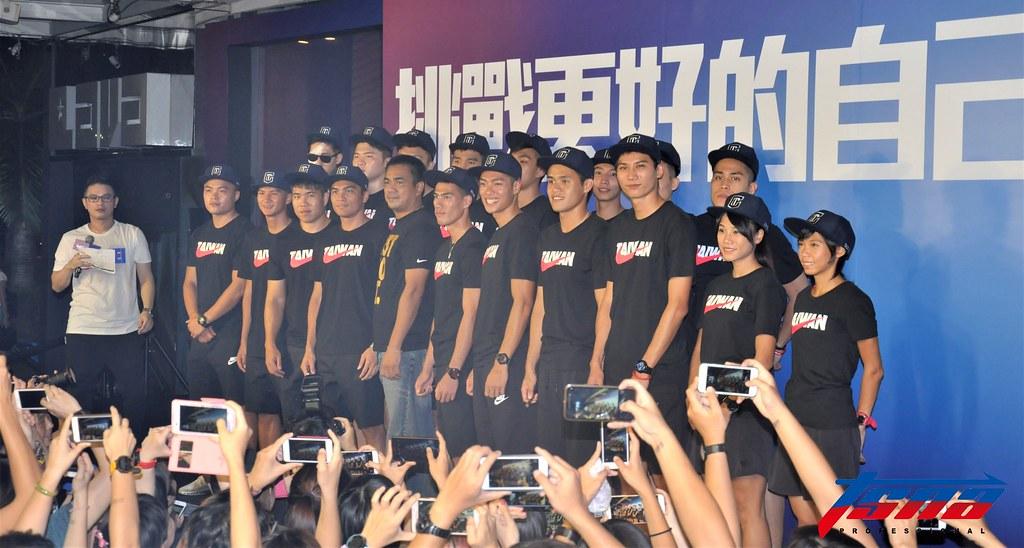 陳金鋒(前排中)為世大運國手送上特製帽子。(張哲郢/攝)