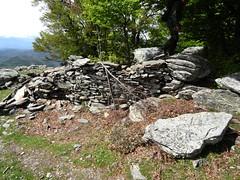 Ruines de caseddi sur la crête après Bocca di San Pietru