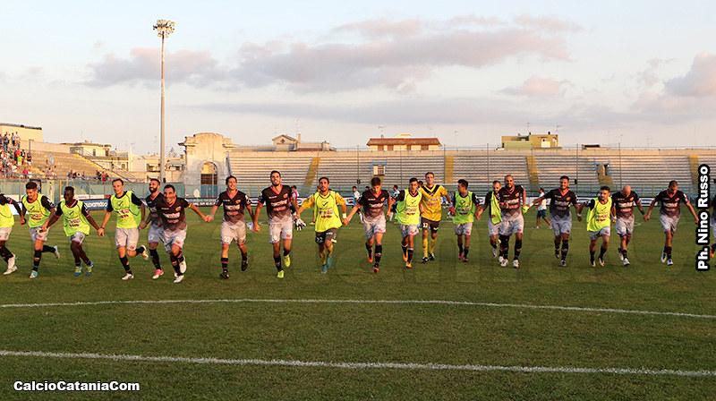 I rossazzurri esultano sotto la curva dei propri sostenitori al termine del match di Brindisi