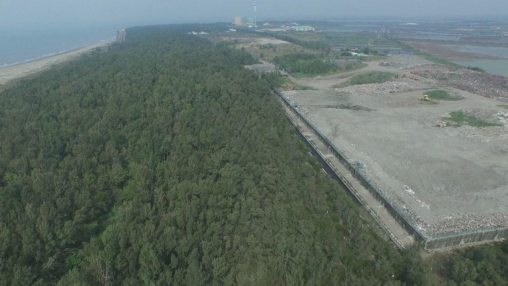 921-3-05 城西里海岸為了防風定砂,五十年前大量種植木麻黃,形成一百多公頃的防風林帶。二十多年前被規劃垃圾掩埋場。