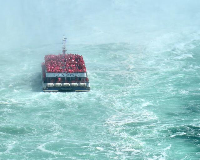 El Hornblower envuelto en las turbulentas aguas del Niágara