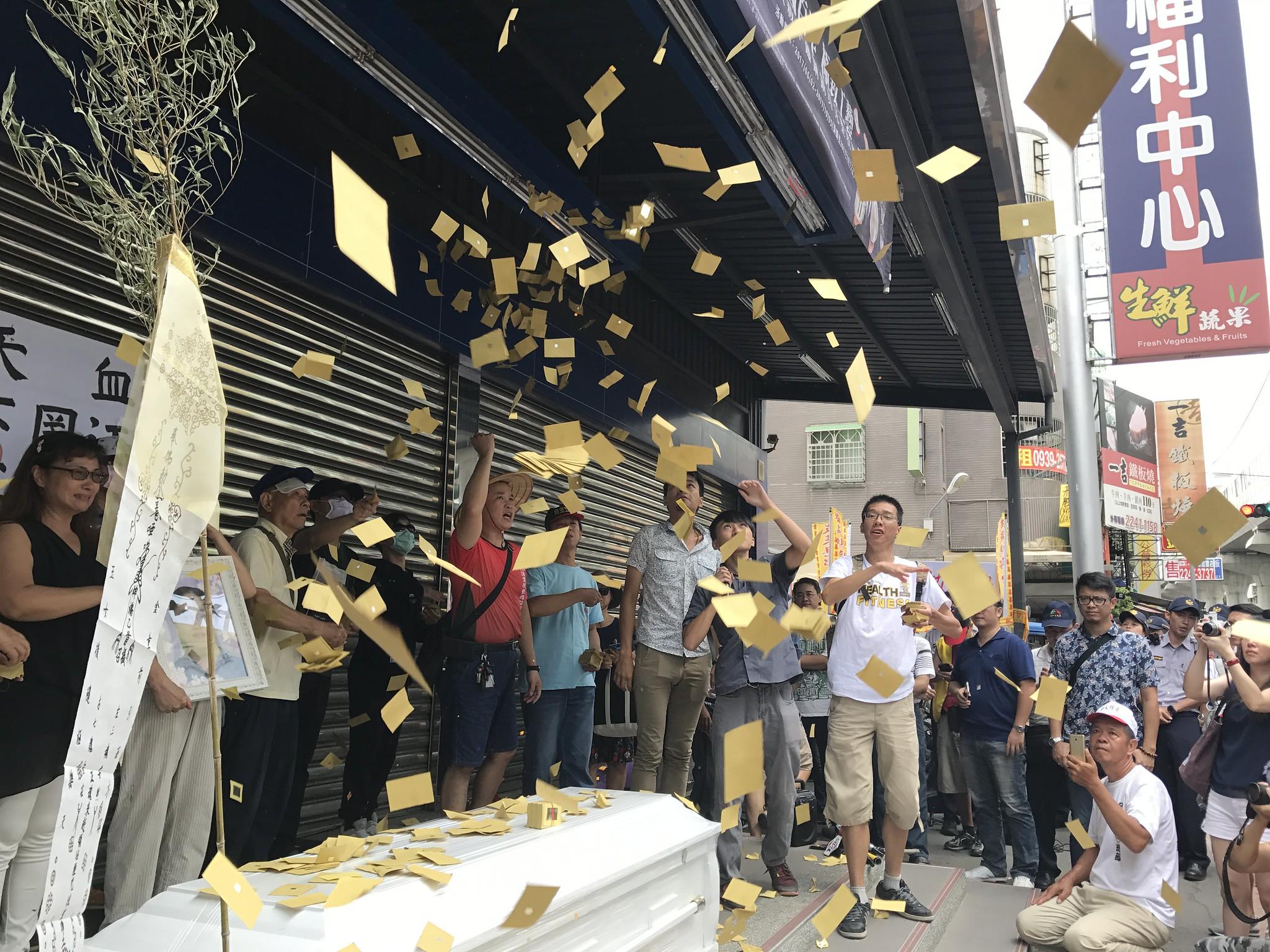 群眾拋撒冥紙。(攝影:張宗坤)