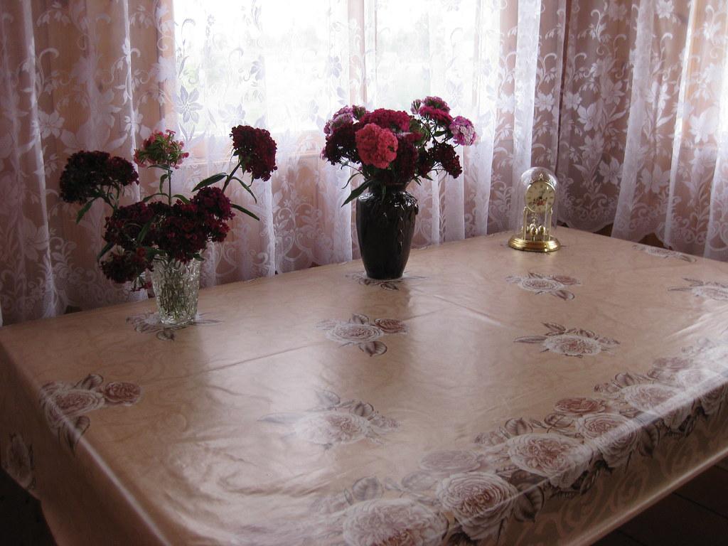 Ваза с гвоздикой Шабо, на столе