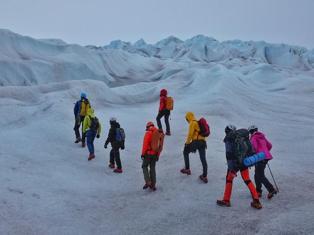 Equipo Tierras Polares caminando con crampones por un glaciar en Groenlandia