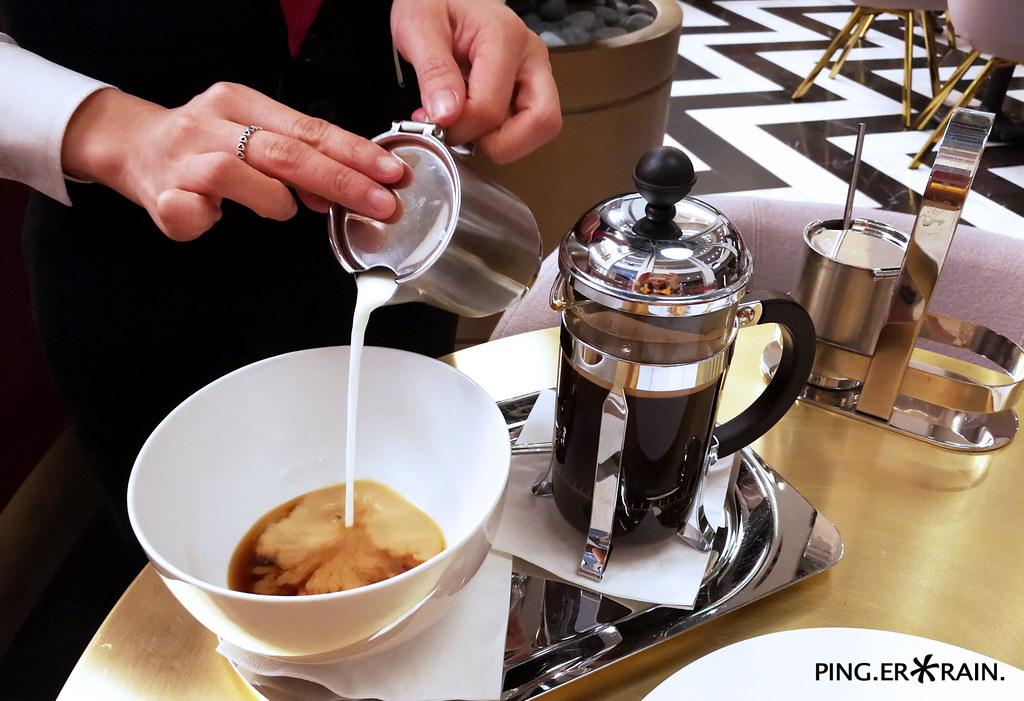 Cafe Au Lait pouring service