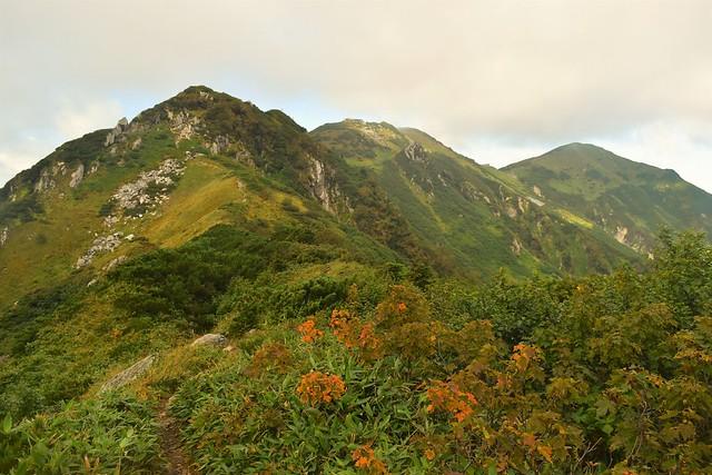 紅葉が始まる大日三山の稜線