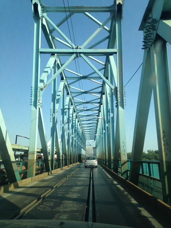железнодорожный мост, с одной полосой по которому ездят автомобили