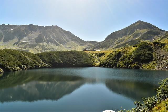 みくりが池から眺める立山・雄山と浄土山