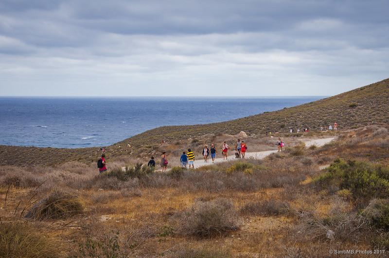 Trasiego de gente hacia y desde la Playa de los Muertos