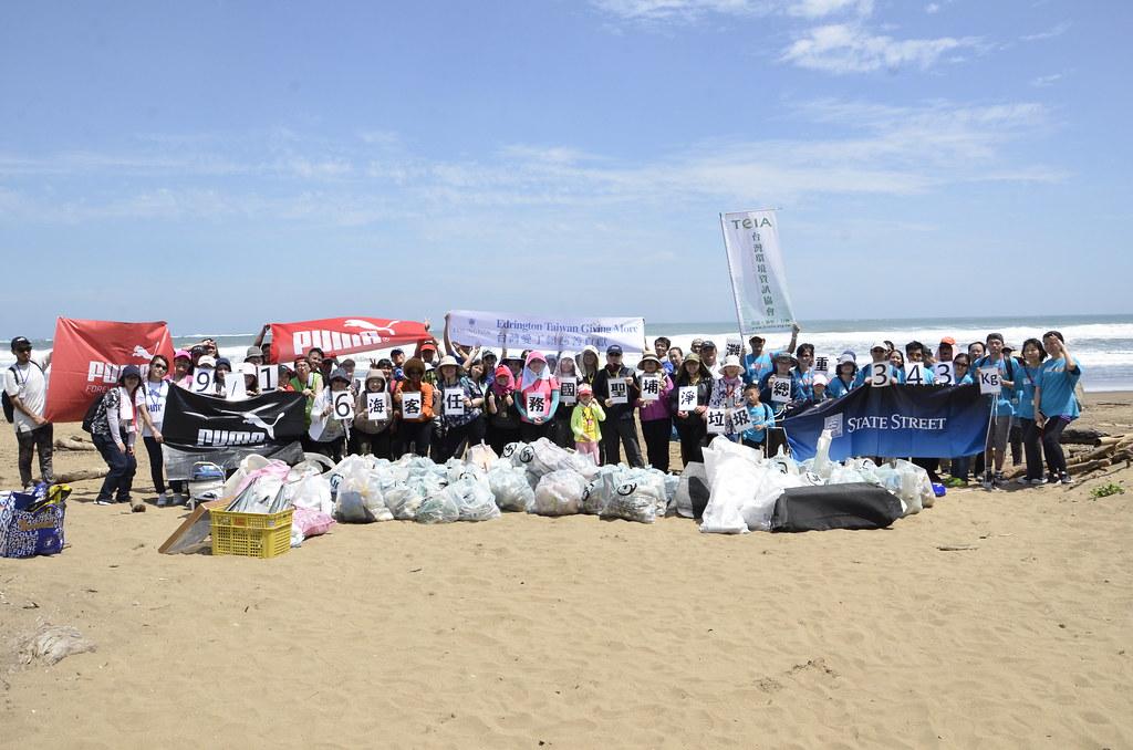 台灣環境資訊協會2017國際淨灘日號召五個企業團體響應,推廣海洋廢棄物議題的同時,也傳遞垃圾減量及減塑的概念。陳孟薇攝。
