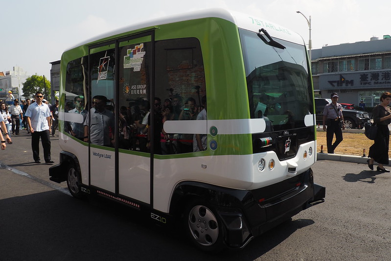 民眾可在活動期間到駁二試乘無人車。攝影:李育琴