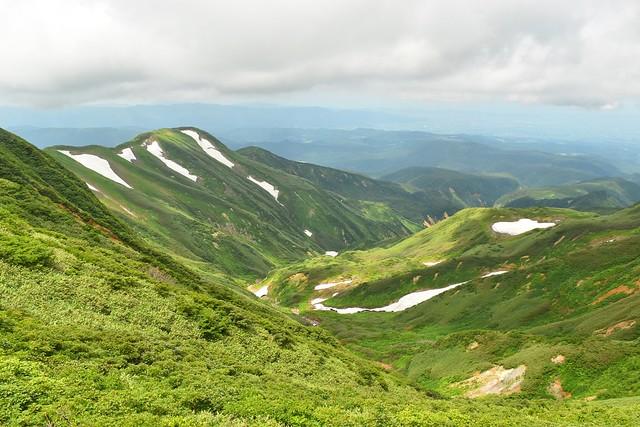 雪と緑の月山