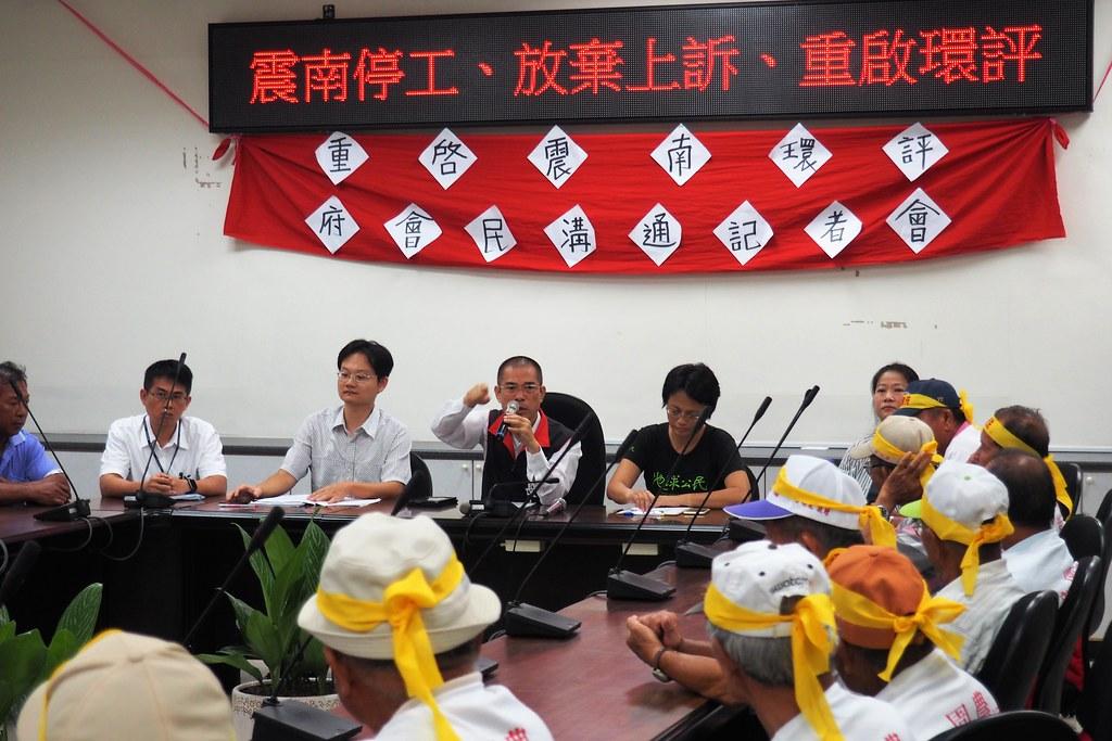 市議員李長生怒批市府包庇業者,不重視在地鄉親的意見。攝影:李育琴。