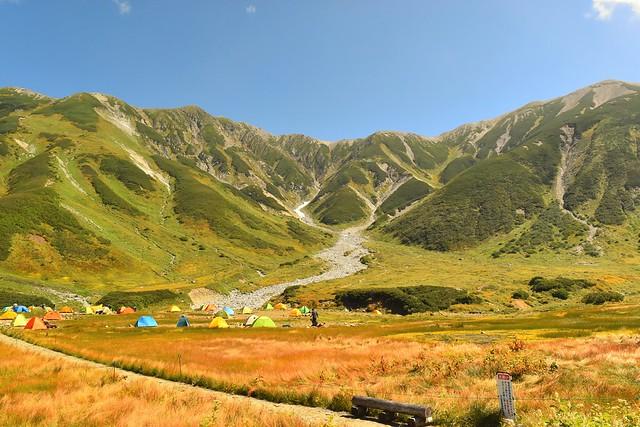 雷鳥沢キャンプ場から眺める立山連峰と草紅葉