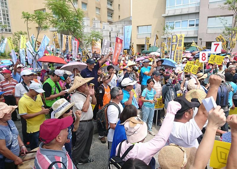 來自全台50個團體和旗山內門居民近千人,來聲援馬頭山掩埋場環評大會。攝影:李育琴。
