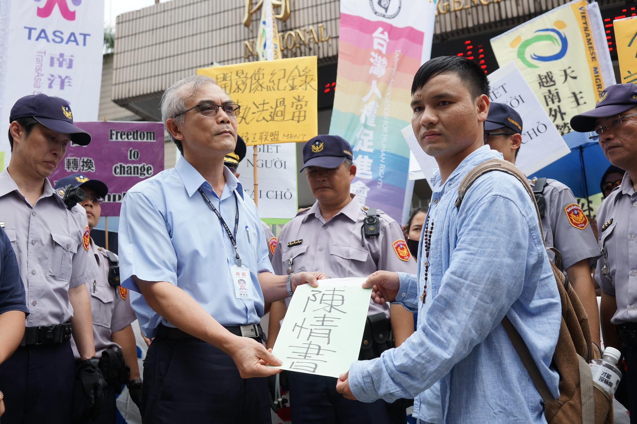 移工团体将陈情书交予警政署。(摄影:王颢中)