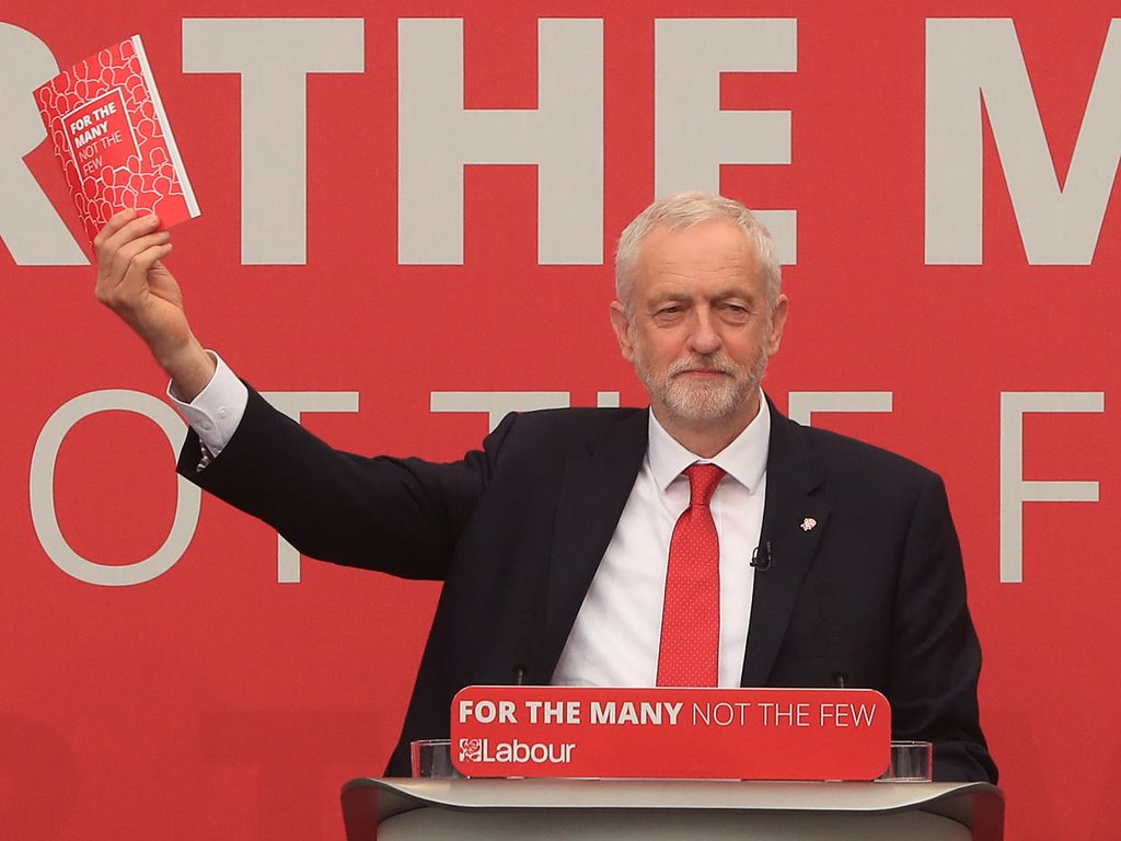 2017年5月,英國工黨黨魁柯賓展示大選政綱。(來源:The Independent)