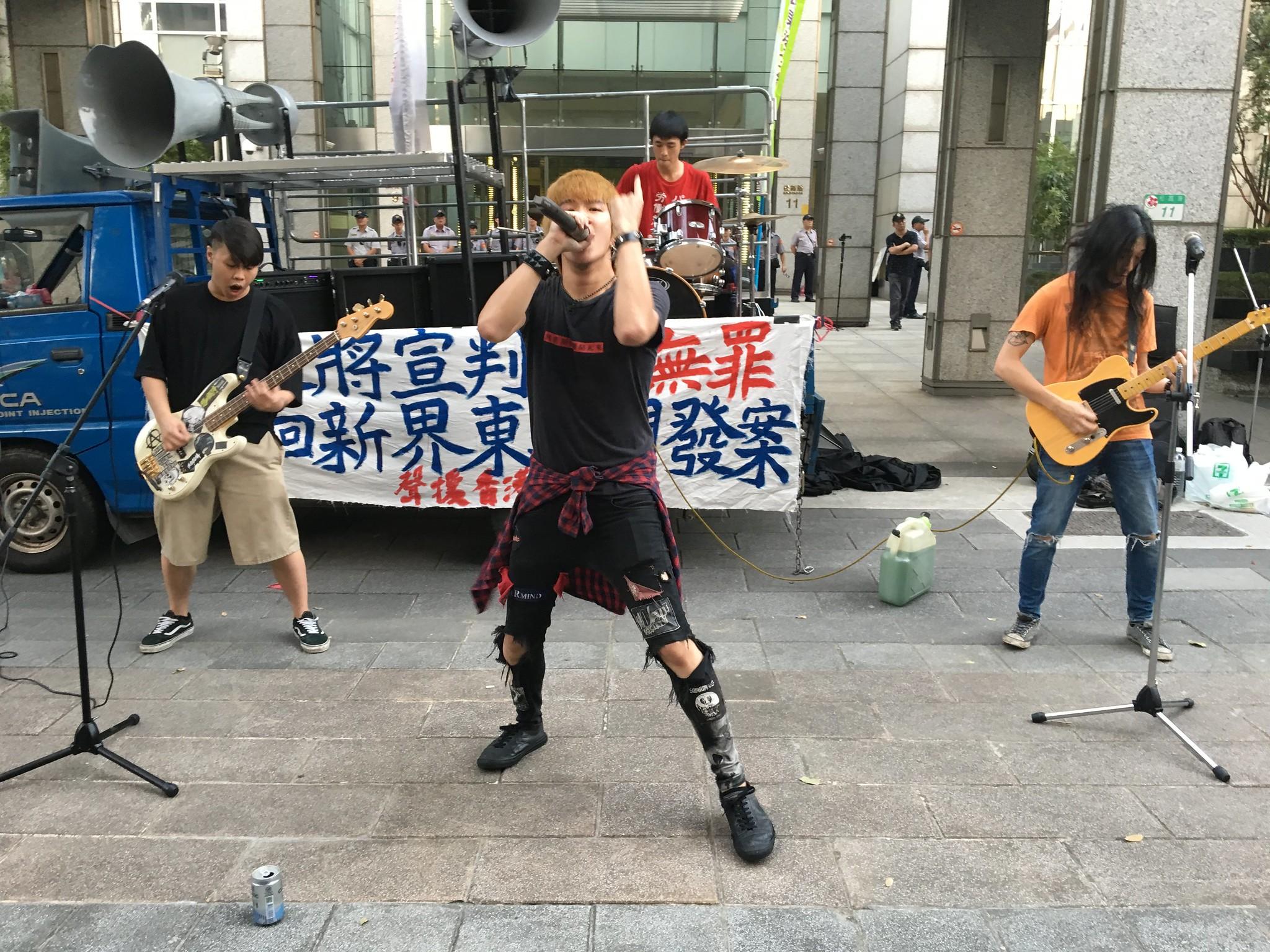 今天現場演出的龐克樂團,透過身體與音樂的張力,表達人民反抗的意志。(攝影:陳逸婷)