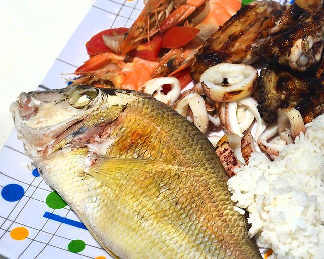 Arroz y marisco a la parrilla que comimos en la bangka de Filipinas