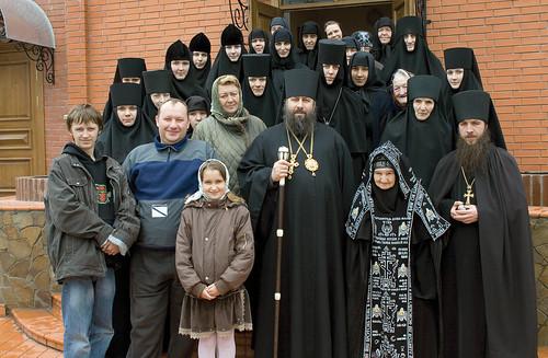 Наместник Лавры епископ Арсений, духовник скита архимандрит Зосима, сестры и благотворители обители. 29 апреля 2008 г.