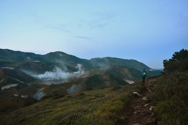 奥大日岳登山 稜線から見る地獄谷