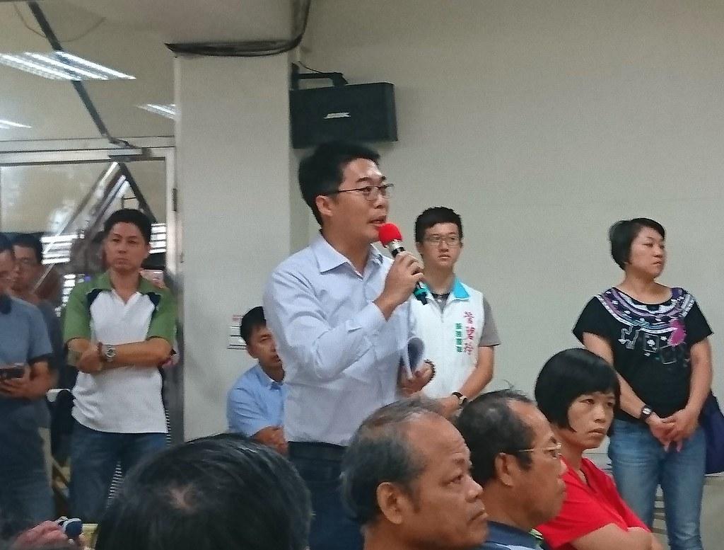 高雄市議員邱俊憲指政府內部打架,事前溝通不足,引發民間團體恐荒。攝影:李育琴。