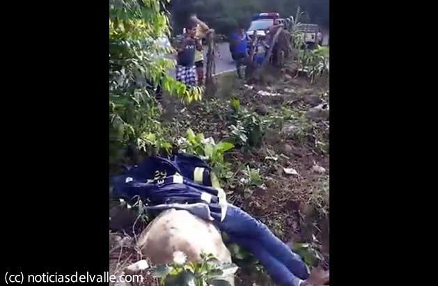 Encuentran sin vida a motorista en puente