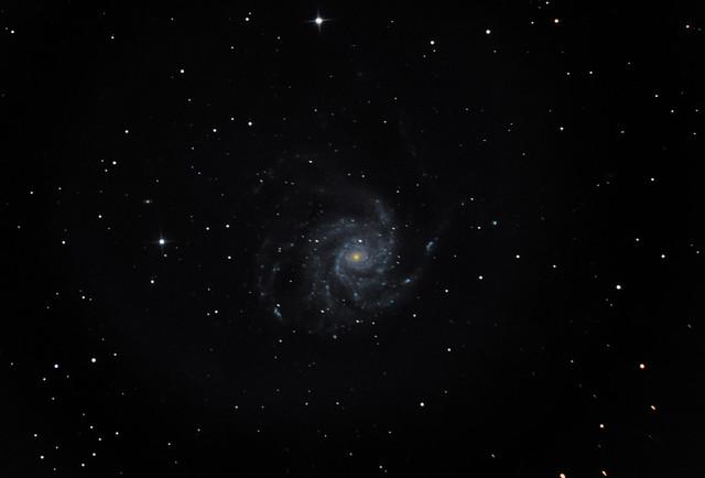 VCSE - Az M101 galaxis a VCSE Távvezérelt Csillagvizsgálójának egyik első tesztfelvételén. A felvételt Csizmadia Szilárd, Fábián Kálmán és Ágoston Zsolt készítette. A felvétel 2017. március 27-én, 29-én és 31-én készült. A képfeldolgozást Ágoston Zsolt végezte: DSS-sel tolta össze a képeket, majd Startools-ban és Photoshopban utókorrekciókat végzett. A felvételhez hat darab mezősimító (flat-field), 10 darab sötétképet (dark) és 112 db 30 másodperces objektum (light) képet használt. A képet a VCSE Távvezérelt Csillagvizsgálójának 250/1200-as Newton távcsövére szerelt Canon 6D fényképezőgéppel, ISO 1600 érzékenységgel vették fel. A távcsőmechanika EQ-6 volt, vezetést nem használtak a képhez. - VCSE
