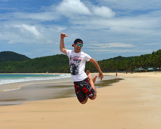 Diario d eun Mentiroso saltando feliz y contento en Nacpan Beach