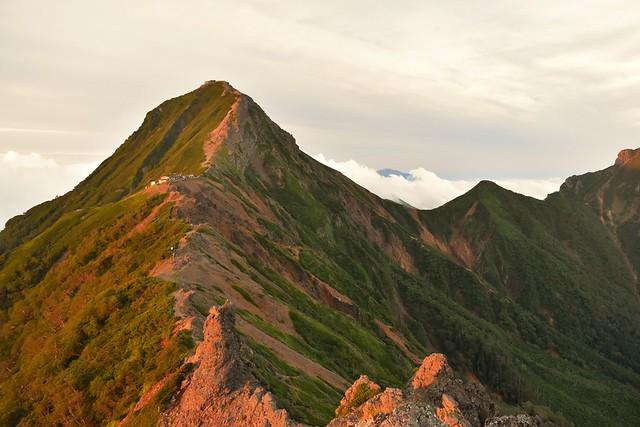朝日に染まる赤岳と中岳