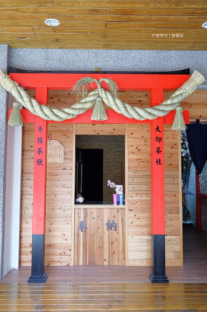 36659586772 54aa7f1b7f b - 熱血採訪 | 大御茶社。一中街最新IG超夯話題,日本神社 大紅鳥居空降,還有超美的浪漫櫻花造景可以拍照呦!