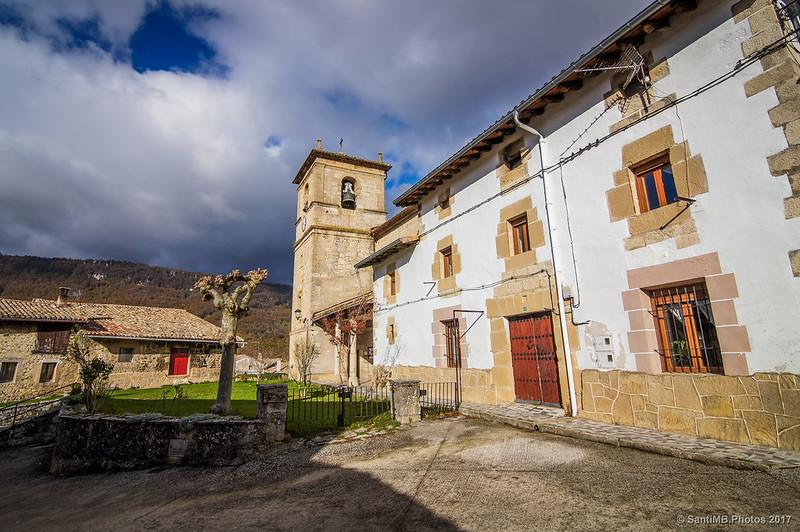Detrás de la iglesia de San Juan Bautista de Baquedano