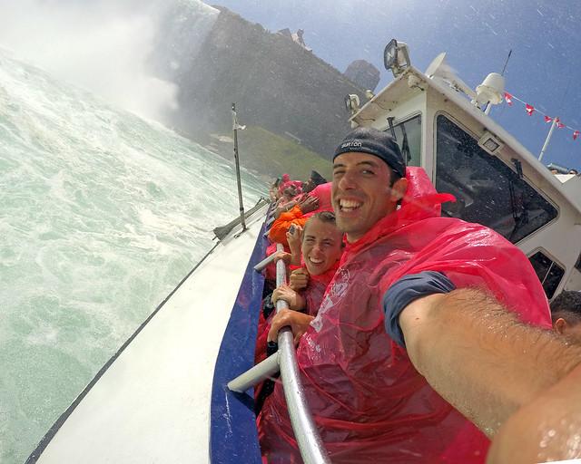 Entrando con el barco Hornblower en el interior de las cataratas del Niágara