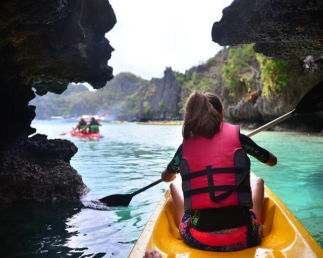 Navegando en kayak por las preciosas aguas de Big Lagoon en El Nido, una de las mejores excursiones de Filipinas